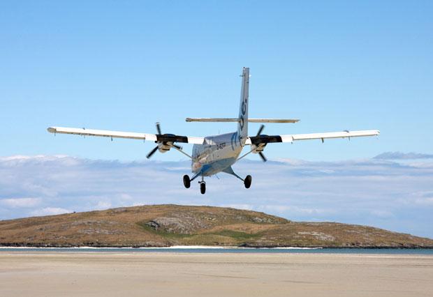 Pequeño avión aterrizando sobre el aeropuerto de Barra (Escocia) en la playa