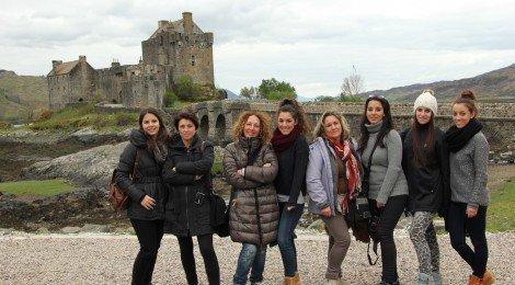Grupo reducido disfrutando con Edina Tours de un viaje por Escocia