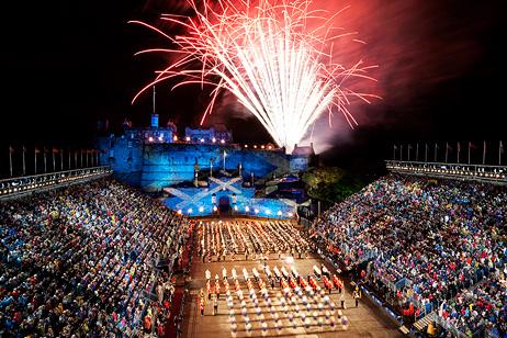 Fuegos artificiales al final del Royal Military Tattoo en Edimburgo