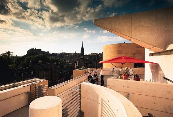 Vistas al castillo de Edimburgo desde el restaurante Tower en el Museo Nacional