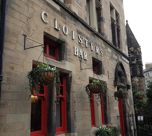 Entrada del pub Cloister Bar en Edimburgo