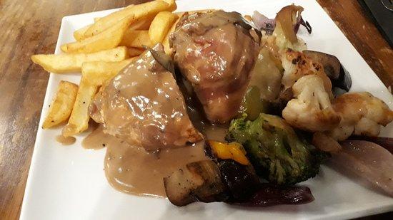 Pollo con haggis en un pub de Edimburgo