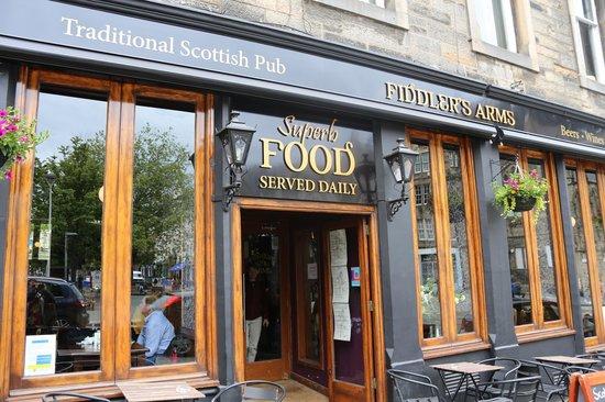 Entrada del pub tradicional escocés The Fiddler's Arms en Grassmarket, Edimburgo