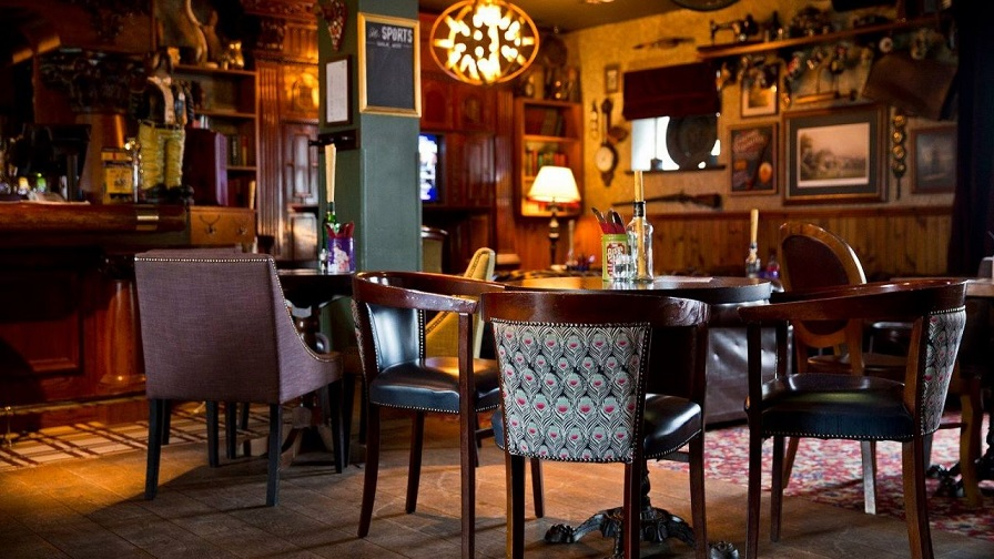 Tradicional interior del pub The Golf Tavern en Edimburgo