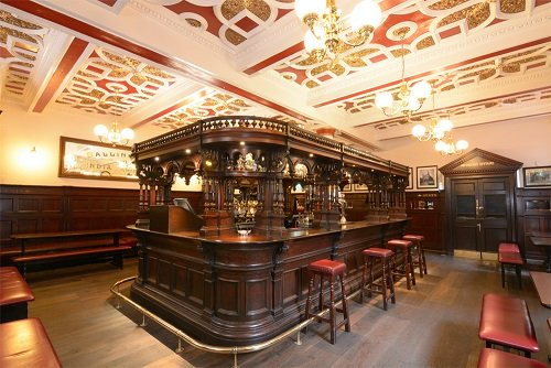 Bellísimo interior del pub Abbotsford en Edimburgo, donde comer con niños