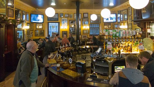 Gente bebiendo en el viejo pub de Cask and Barrel en Edimburgo