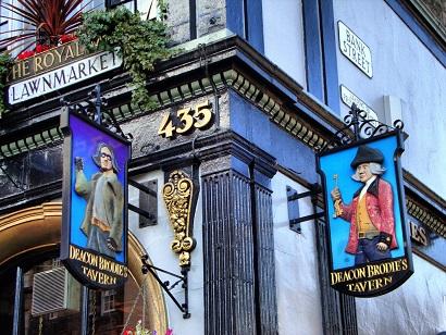 Exterior del pub Deacon Brodies en la Royal Mile de Edimburgo