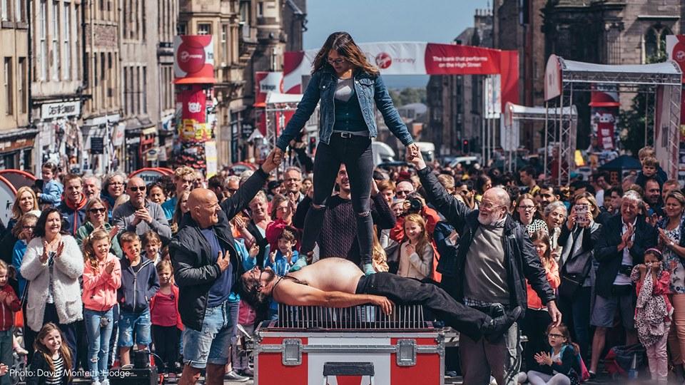 Actuación del festival Fringe en la Royal Mile de Edimburgo
