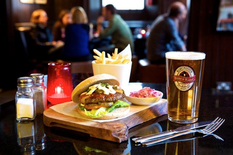 Hamburguesa y pinta de cerveza en el pub The Holyrood 9A en Edimburgo