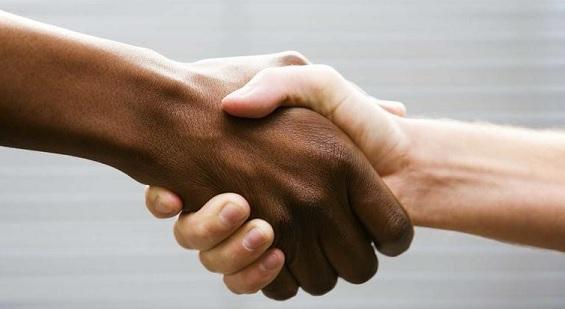 Estrechándose la mano