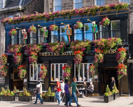 Curioso y decorado exterior del pub Theatre Royal en Edimburgo para comer con niños