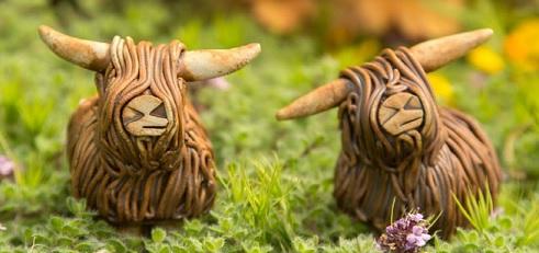 Figuras de arcilla de dos vacas de las tierras Altas de Escocia