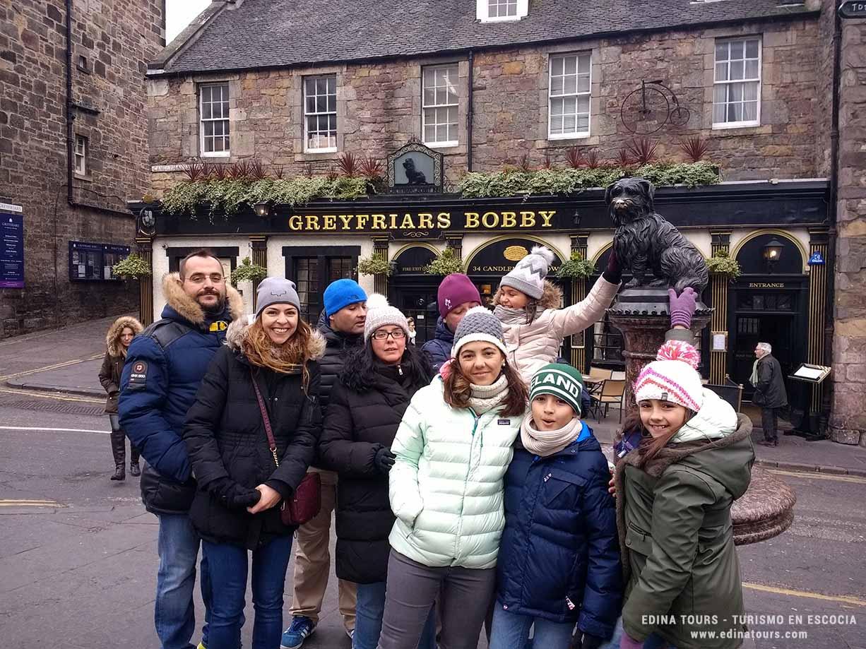 Familia con niños durante un tour en Edimburgo con Edina Tours