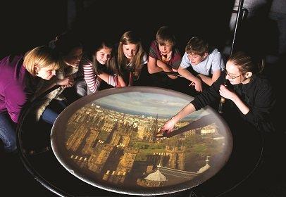 Niños pasándolo bien en la Camera Obscura de Edimburgo