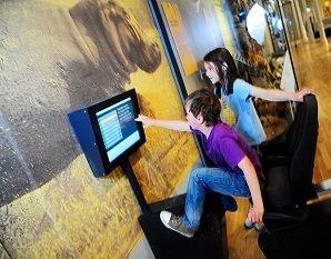 Dos niños jugando con pantallas interactivas en el museo nacional de Escocia en Edimburgo